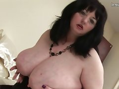 Big british mama shows off great tits..